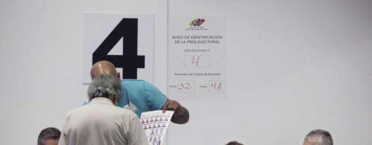 En 88 embajadas y dependencias consulares de Venezuela se instalanmesas electorales. La jornada comicial se extiendehasta que no existan personas en las filas para acceder al centro de votación. En Venezuela, los centros debenestar abiertos hasta las 06:00 PM (hora local) siempre y cuando, anunció la rectora principal del CNE, no haya personas esperando para votar. El primer boletín oficial podráconocerse hasta tres horas después de un número importante de mesas habilitadas, según el CNE.