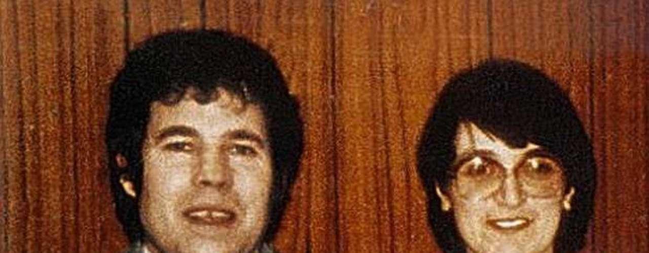 En la Casa de los Horrores, en Gloucester (oeste), fueron descubiertos 10 cadáveres, entre los que se hallaban los de las hijas del matrimonio West. Su marido, Frederik, se suicidó en prisión en enero de 1995, tras haber confesado 12 asesinatos.