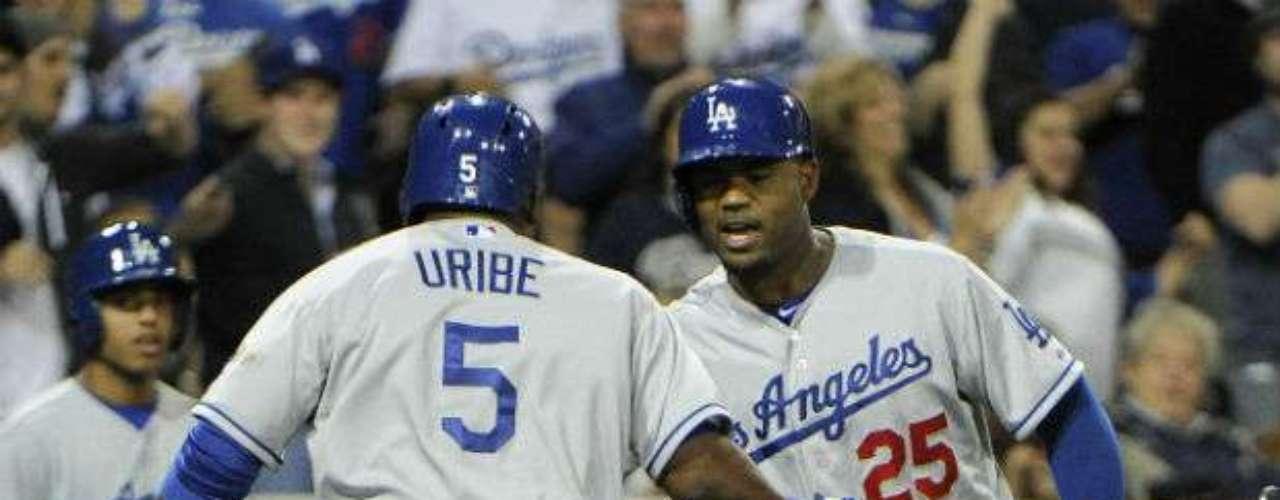 Un cuadrangular del dominicano Juan Uribe como bateador emergente en la octava entrada puso adelante a los Dodgers en la pizarra, para que los angelinos derrotaran a los Padres de San Diego 3-2 en un partido marcado por la bronca entre el lanzador Zack Greinke y el toletero Carlos Quentin.
