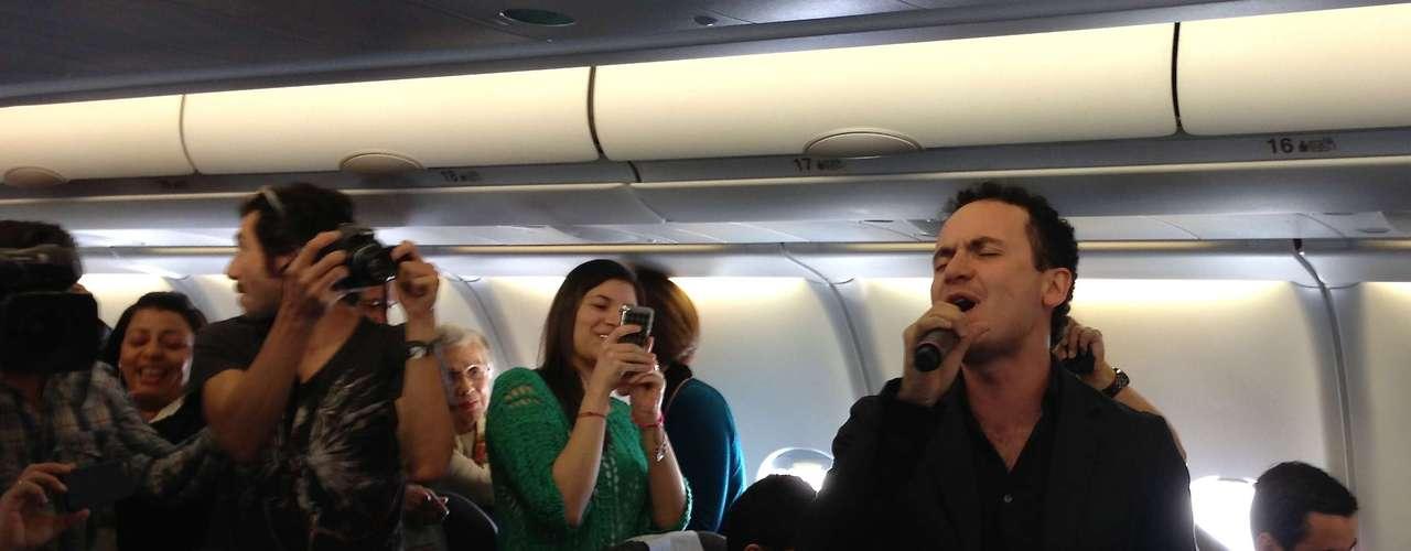 El repertorio con el que la estrella hizo gozar a los pasajeros estuvo integrado porlas conocidas melodías del ganador de dos Latin Grammy.