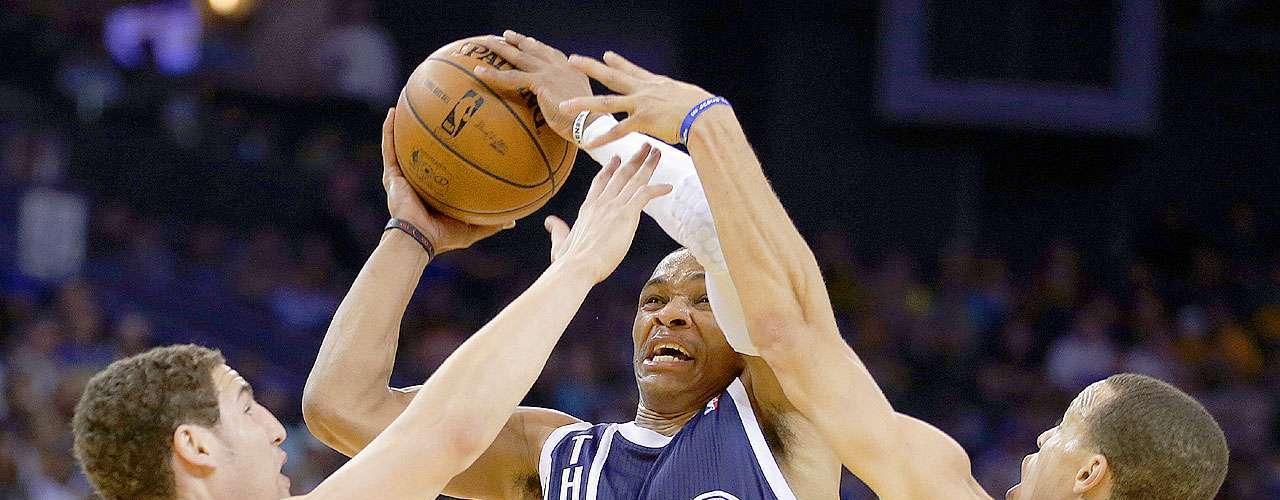 Thunder vs. Warriors:Russell Westbrook (0) intenta un disparo a la canasta ante la marca deKlay Thompson y Stephen Curry (30).