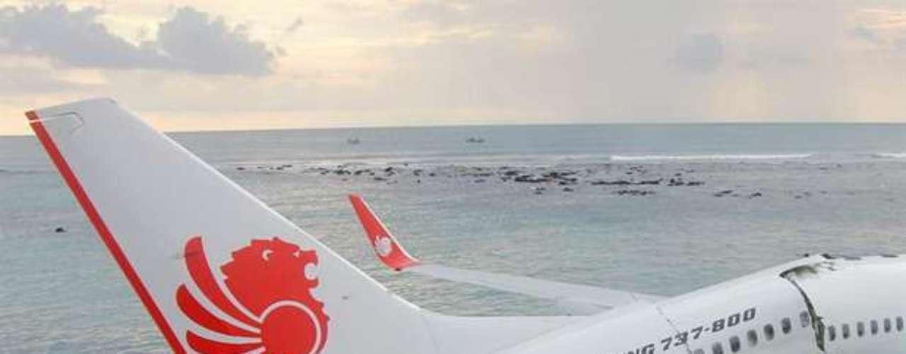 Todos los pasajeros y tripulantes fueron rescatados, dijo I Made Krisna Maharta, un funcionario de la agencia de rescates de Bali.