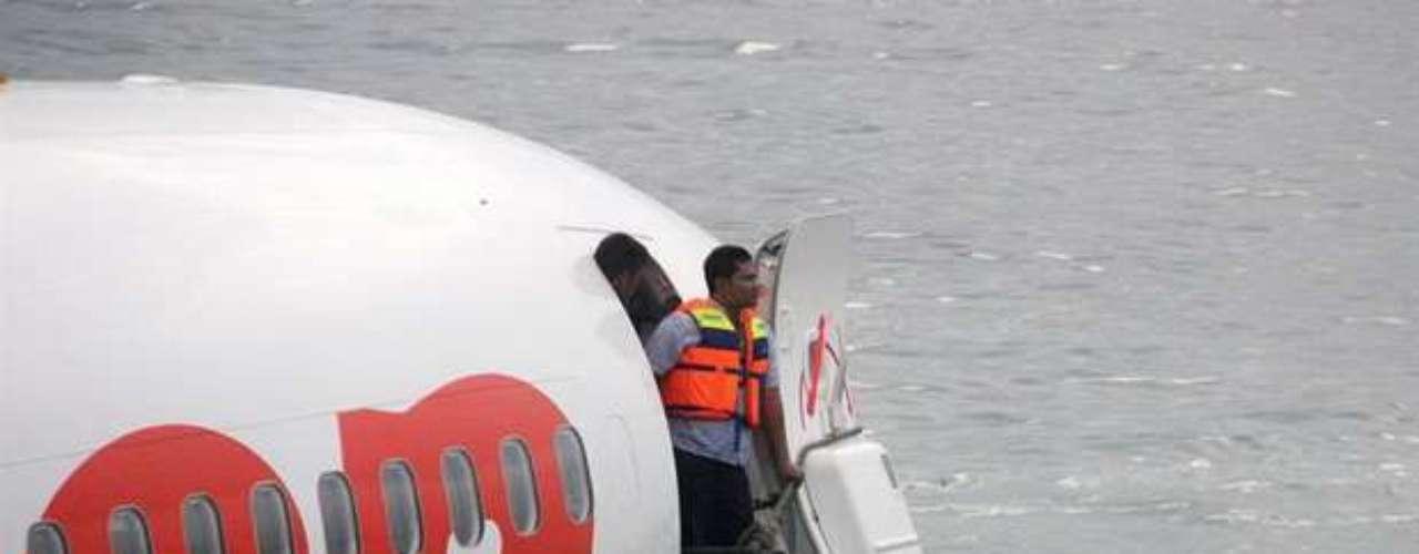 Las primeras versiones indican que había 101 pasajeros y siete tripulantes a bordo, agregó, y 22 personas fueron trasladadas a tres hospitales con diversas lesiones.