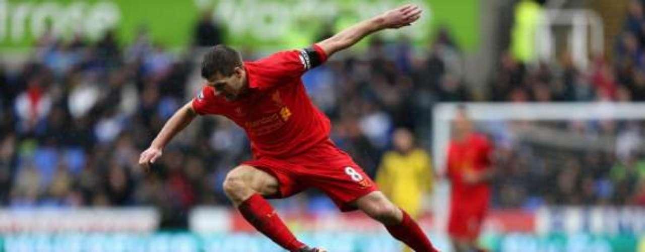 Steven Gerrard, como siempre, fue uno de los que más buscó el triunfo para la causa de escarlata.