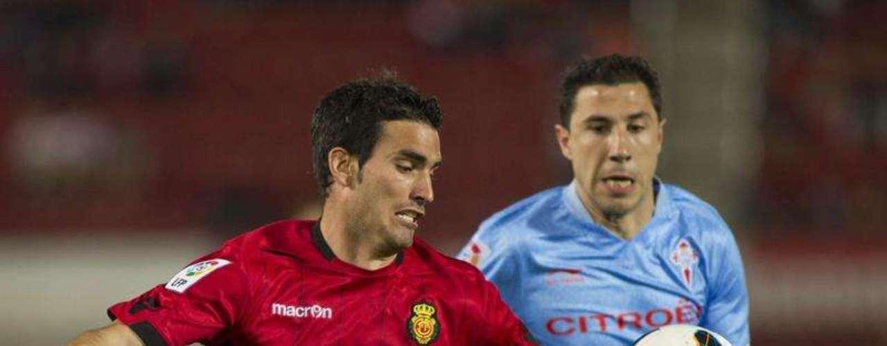 .- El defensa escocés del RCD Mallorca Alan Hutton (i) disputa el balón al defensa del Celta de Vigo Roberto Lago (d) durante el partido de la trigésimo primera jornada de Liga de Primera División disputado esta noche en el Iberostar Estadio.