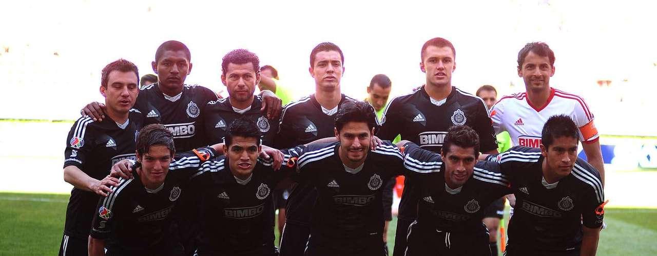 Chivas dejó en el vestidor sus tradicionales colores rojiblancos y optó por un equipamiento en negro.