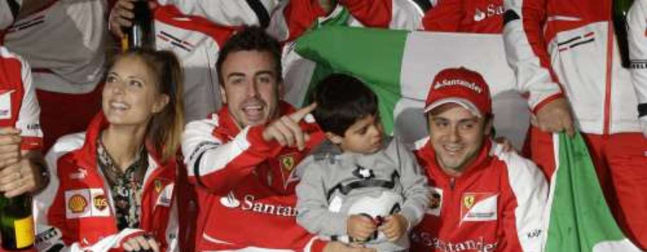 Fernando,quien se alzó con la victoria quiso compartir un momento tan especial junto a su chica, quien subió al podio durante la entrega de la Copa.