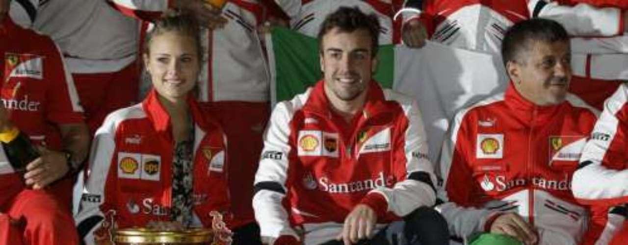 Una imagen en la que además de una gran sonrisa, ambos protagonistas lucieron enfundados bajo el tradicional mono de 'Ferrari'.