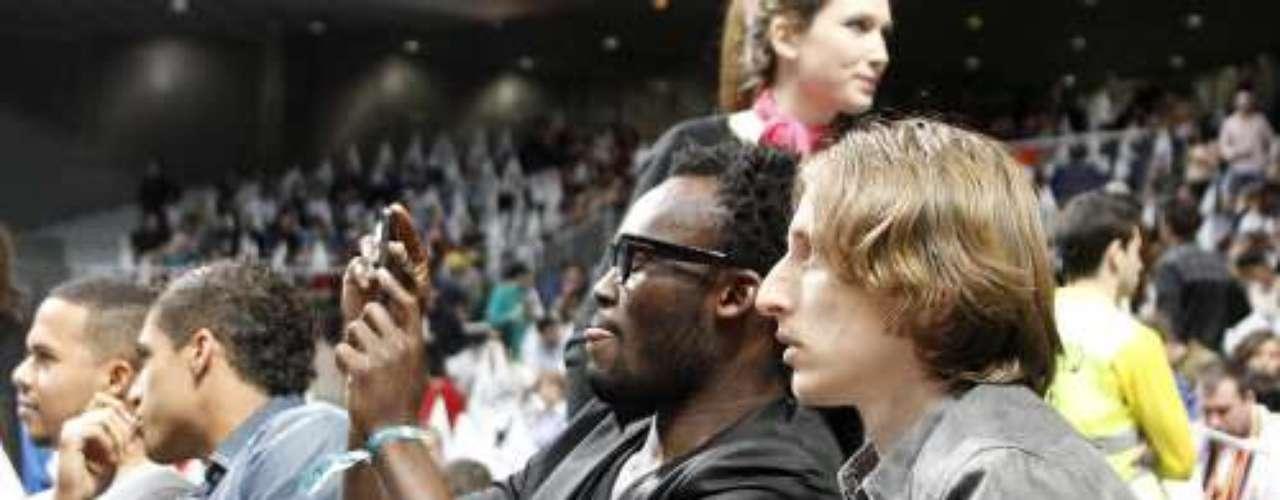 Los jugadores del Real Madrid de fútbol estuvieron apoyando al equipo blanco de 'Basket'.