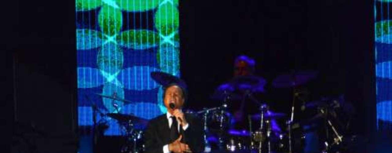 Tras media hora de concierto, Julio decidió despedirse con su versión de 'A mi manera' de Frank Sinatra.