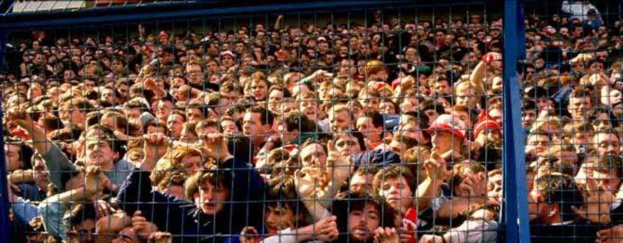 La tragedia deHIillsborough. El inicio del juego estaba previsto para las 15:00 horas, pero muchos fanáticos del Liverpool llegaron más tarde de lo habitual. Esto hizo que una gran multitud de aficionados entraran casi al mismo tiempo al estadio y todo eso se convirtió en una estampida. La gente comenzó a treparse por la valla buscando saltar al campo de juego y evitar una muerte segura