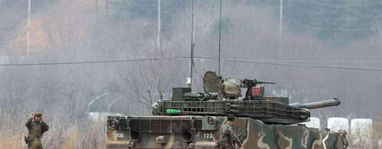 El helicóptero, un CH-53, se estrelló durante su aterrizaje en un campo de tiro ubicado en los alrededores de una base militar en el condado surcoreano de Cheolwon, a unos 88 kilómetros al norte de Seúl junto a la zona desmilitarizada (DMZ) del paralelo 38, informó la agencia local Yonhap.
