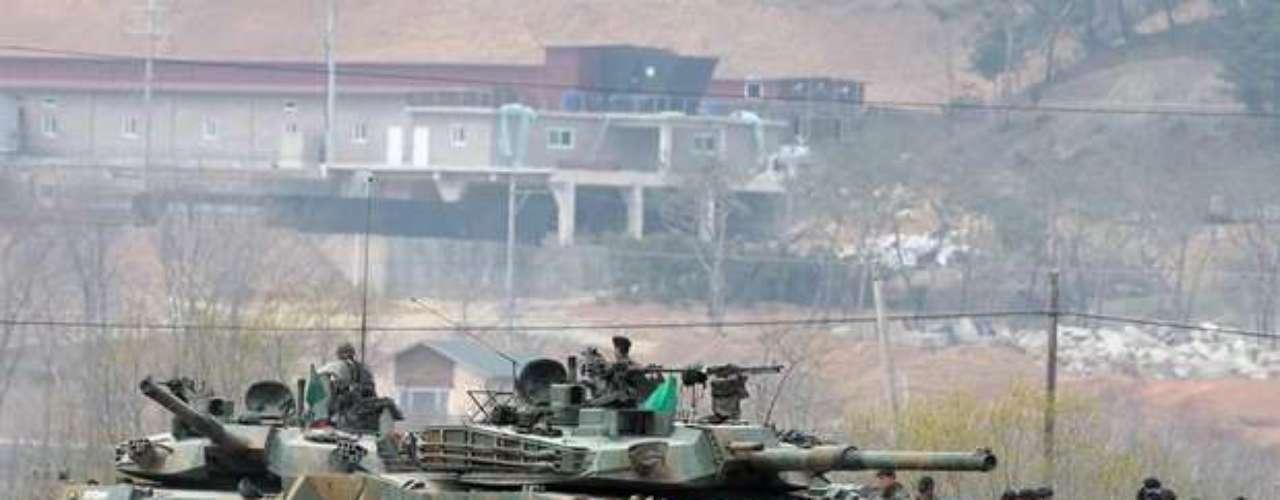 Según fuentes militares, los tres integrantes de la tripulación y 13 soldados estadounidenses fueron evacuados a un hospital de la capital surcoreana, mientras la aeronave se incendió y quedó gravemente dañada.