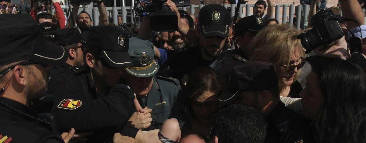 Decenas de personas que aguardaban el fallo a la puerta de los juzgados de Málaga, al sur del país, insultaron y zarandearon a Pantoja