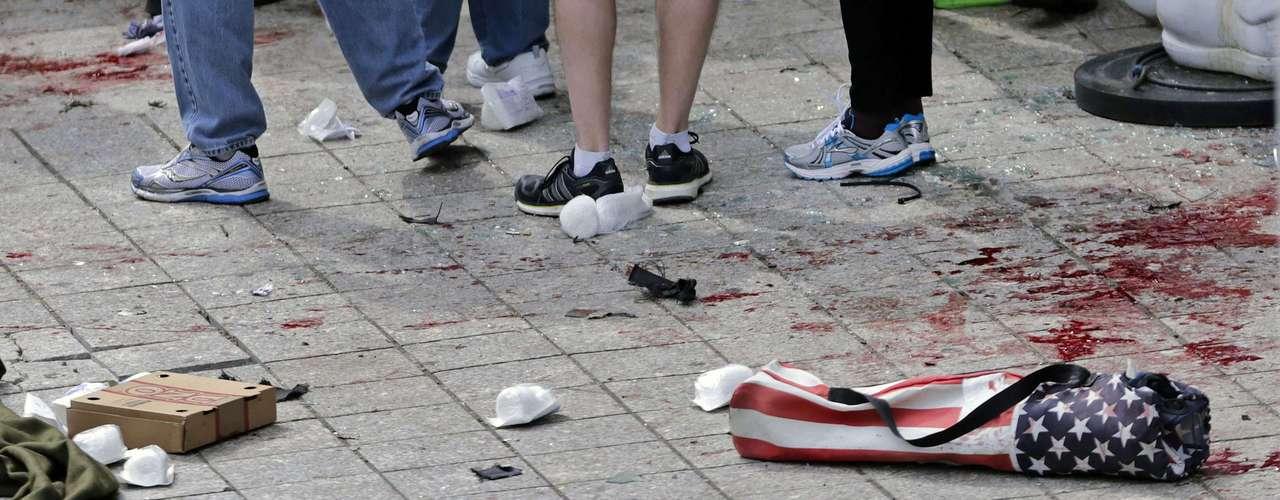Dos explosivos estallaronjusto frente a la línea de llegada de la Maratón en lacual participaron más de 27,000 atletas. Se estima que los explosivos fueron caseros y estaban escondidos en botes de basura.