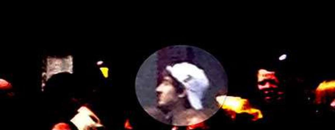Las imágenes fueron grabadas porcámaras de seguridad activas en el lugar de los acontecimientos. Uno de los sospechosos portaba una gorra de color blanco. Ambos son jóvenes de piel clara.