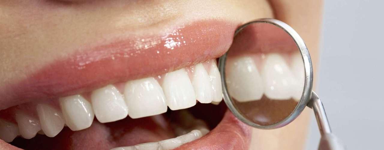 Cuando se aplica el flúor a la parte exterior del diente, los cristales que forman el esmalte se tornan más duraderos, haciéndolos mucho más resistente contra los efectos de los ácidos que se ingieren y evitando la porosidad de las piezas dentales.