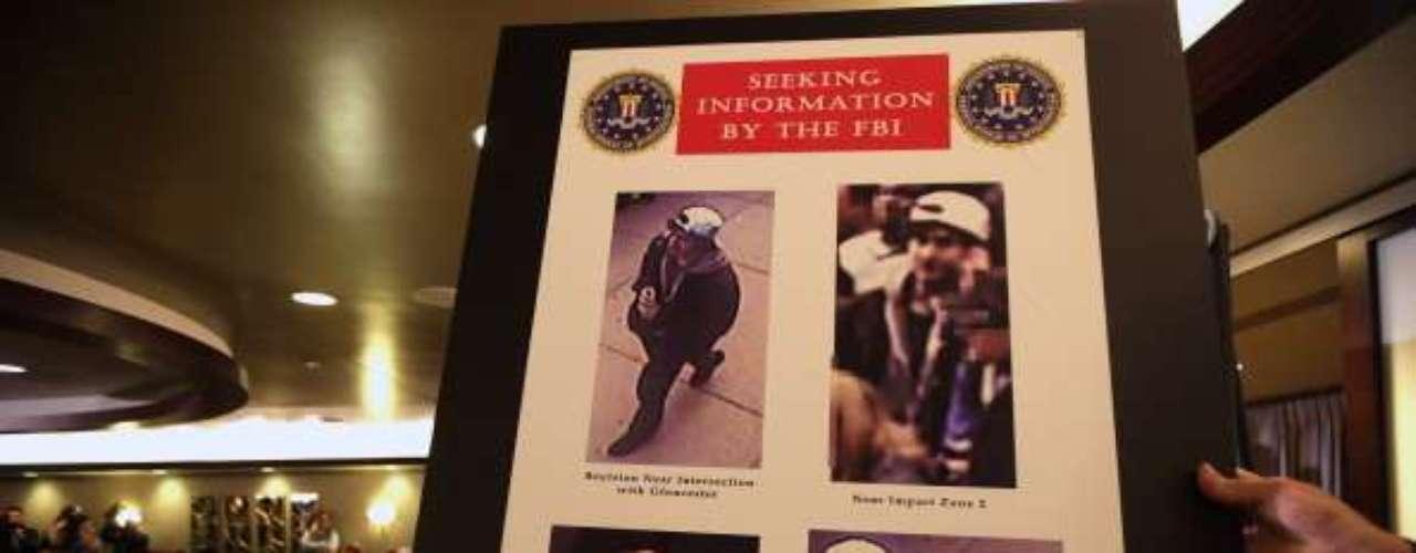 A las 5:10 p.m. del jueves, los investigadores difunden fotografías y video de dos sospechosos y solicitan la ayuda del público para identificarlos. El FBI advierte que están armados por lo que podría ser peligroso topárseles.
