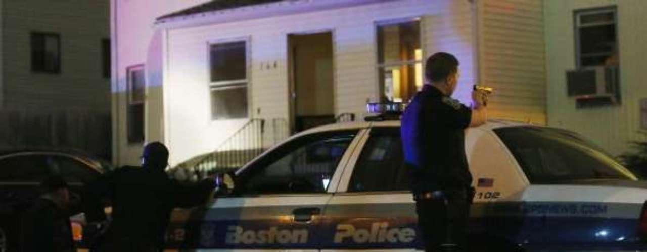 A las 10:30 p.m., un policía de MIT que respondía a un disturbio es hallado muerto acribillado a balazos dentro de su vehículo, al parecer en un enfrentamiento con los sospechosos de los ataques al maratón.