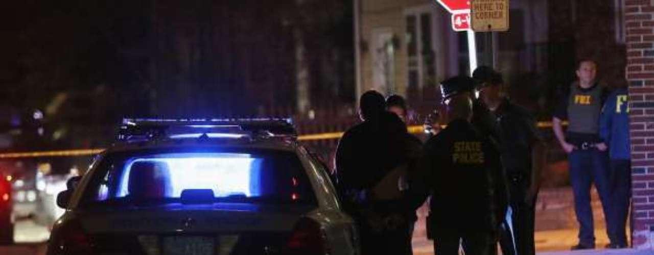 Las autoridades se lanzan a la cacería del segundo sospechoso. A eso de la 1 a.m. (hora local) del viernes, se oyen disparos y explosiones en Watertown, un suburbio de Boston. Docenas de policías y agentes del FBI convergen en un vecindario de Watertown, mientras que un helicóptero sobrevuela el lugar.