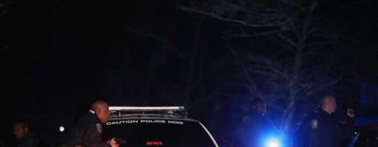 Desde el vehículo perseguido lanzan explosivos en un intento por alejar a la policía. Perseguidos y policías se tirotean. Un policía de tránsito resulta gravemente herido. Uno de los perseguidos, identificado más tarde como el Sospechoso Número 1 en los ataques al maratón, resulta gravemente herido y poco después se comprueba su muerte.