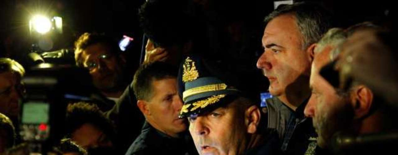 Al rededor de las 4:30 a.m., la policía estatal de Massachusetts y la policía de Boston ofrecen un breve informativo a la prensa. Ordenan a la gente que vive en ese sector del este de Watertown a permanecer dentro de sus casas. Identifican a los ladrones del automóvil como los sospechosos de los ataques al maratón. La policía también difunde la fotografía de un hombre que suponen el Sospechoso Número 2.