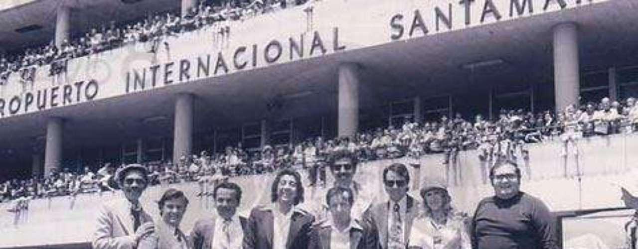 Esta imagen pertenece al elenco del Chavo del 8 en el Aeropuerto Juan Santamaría de Costa Rica en el año 1977.