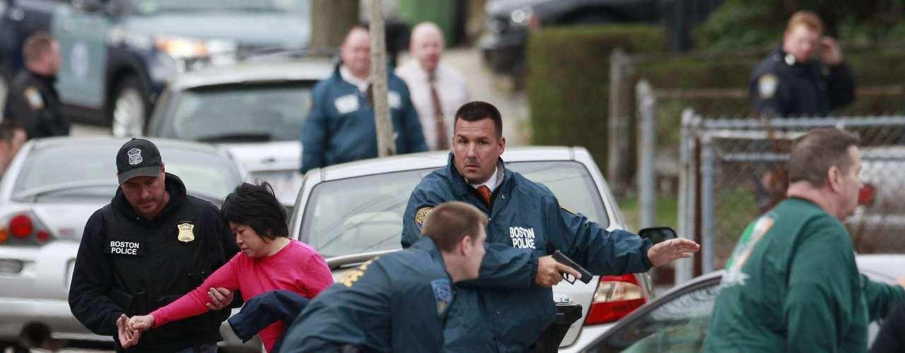 La policía saca a gente de sus casas en los barrios en dónde creen está parapetado el terrorista huído