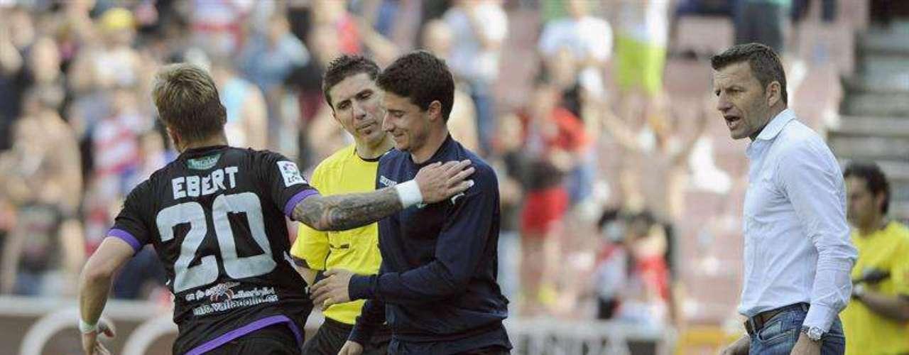 El centrocampista alemán del Valladolid Patrick Ebert (i) celebra el gol que ha marcado ante el Valladolid durante el partido correspondiente a la trigésimo segunda jornada de liga que disputan en el Estadio de los Cármenes, en Granada.