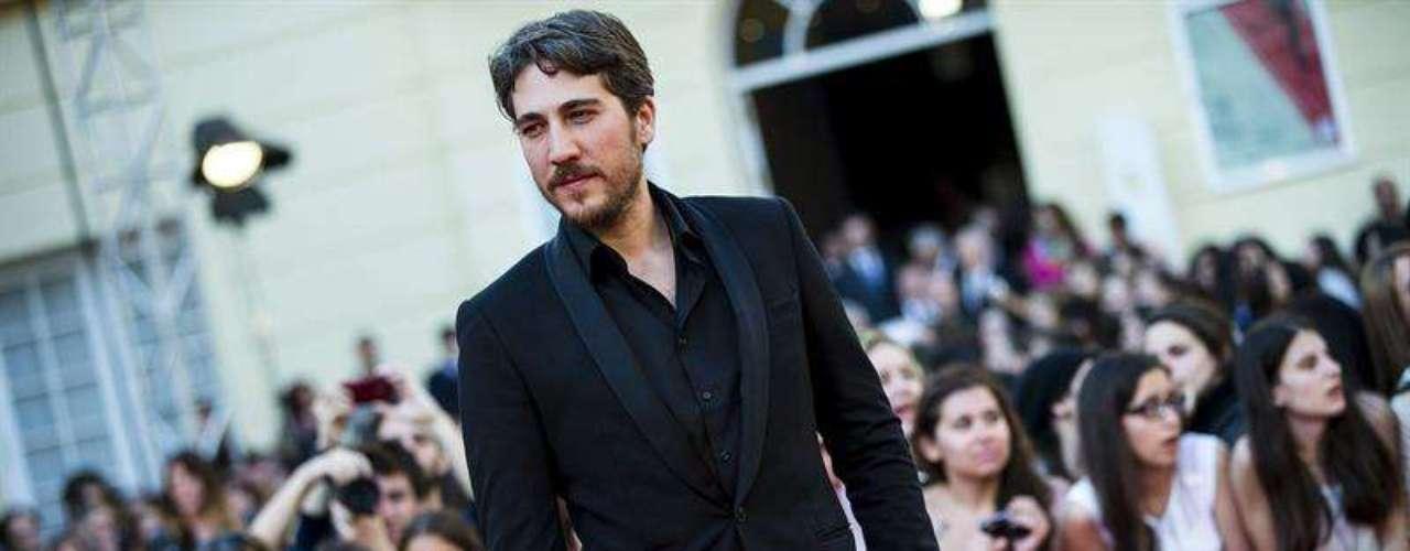El actor argentino Alberto Ammann, posa para los medios durante la gala de inauguración del XVI Festival de Cine Español de Málaga que ha tenido lugar esta noche en el Teatro Cervantes.