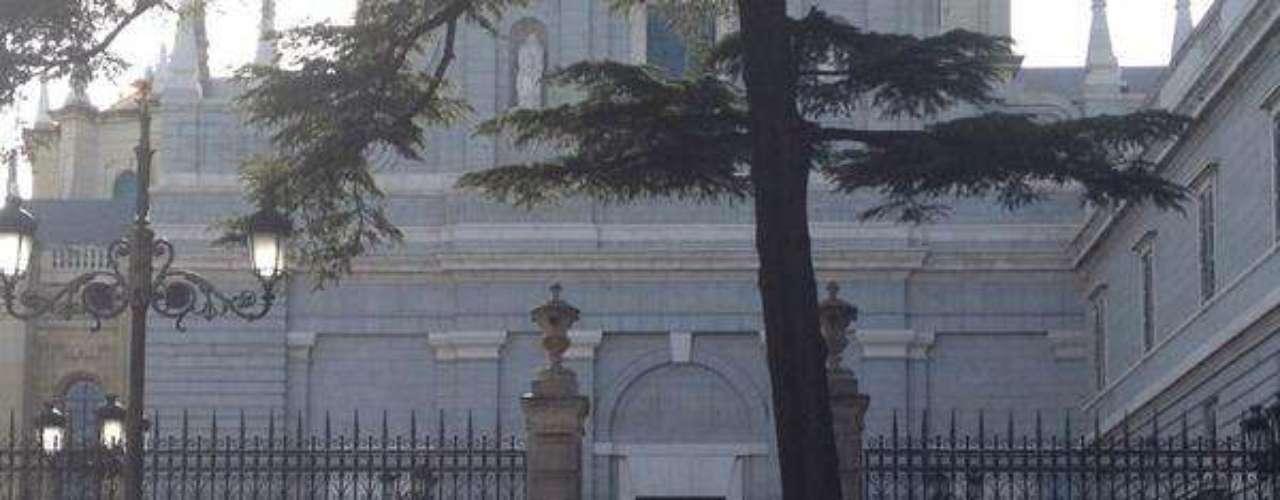El desalojo ha transcurrido de manera pacífica y poco después tan sólo quedaban en la catedral algunos agentes y furgones policiales.