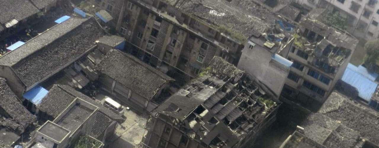 Una vista aérea muestra casas dañadas después de un fuerte terremoto en el condado de Lushan, Ya'an, en la provincia de Sichuan.