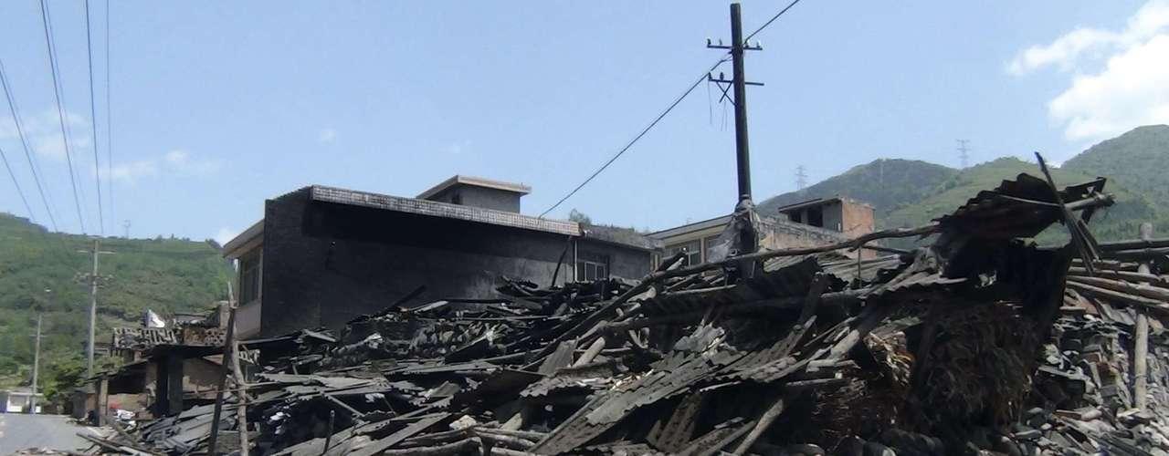 Imagen de casas derrumbadasdespués de un terremoto de 7,0de magnitud, junto a la carretera que conduce de la ciudad de Ya'an al condado Luzhou, en la provincia china deSichuan.