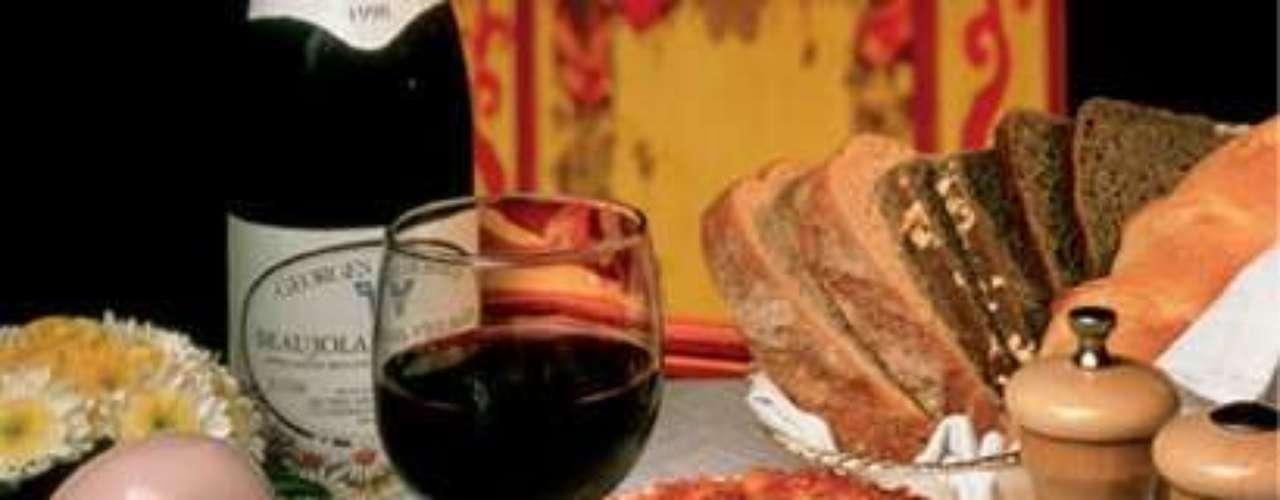 Au Pied de Cochon. Sin duda, uno de los restaurantes más elegantes de la ciudad. No te puedes ir sin probar los ostiones frescos, el Coq au Vin (gallo al vino tinto) ni el soufflé Grand Marnier. Acompaña con una botella de la carta de vinos. Campos Elíseos 218, dentro del Hotel Presidente Intercontinental, col. Polanco. T. 5327 7756