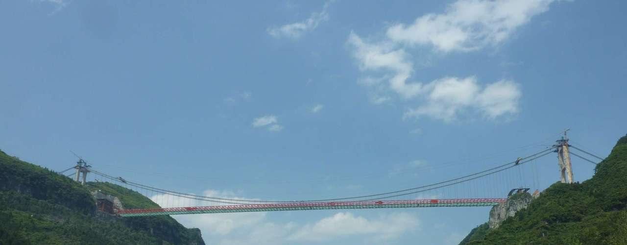 Puente Aizhai, China Impresionante obra de ingeniería, con 1.176 metros de longitud y una altura de 355 metros, el puente Aizhai fue inaugurado en 2012 con el objetivo de mejorar el tráfico en esa zona del sur de China.