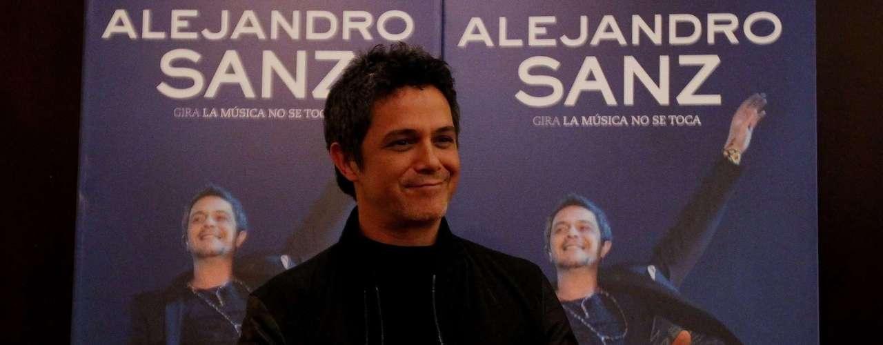 Alejandro Sanz posa previo a una rueda de prensa en Bogotá, Colombia, donde ofrecerá un concierto como parte de su gira \