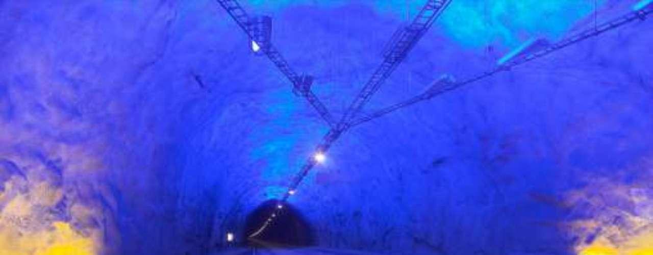 Túnel de Laerdal, Noruega Su construcción comenzó en 1995 y finalizó en el 2000. El diseño del túnel tiene en consideración el estrés mental de los conductores, e incluye tres grandes cuevas distribuidas por su recorrido con un tamaño e iluminación que permiten descansar la vista y romper la monotonía.