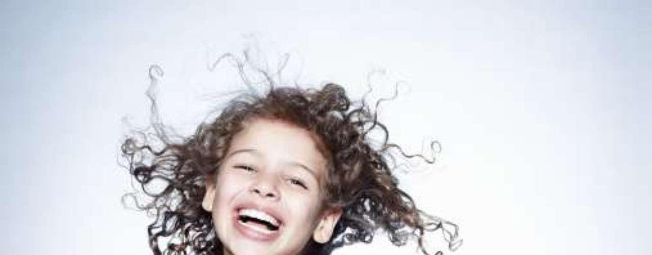 Si tu hija tiene cabello rizado pide al estilista que le haga un corte redondo a la altura de los hombros, y que deje caer algunos mechones más cortos enfrente para enmarcar el rostro.