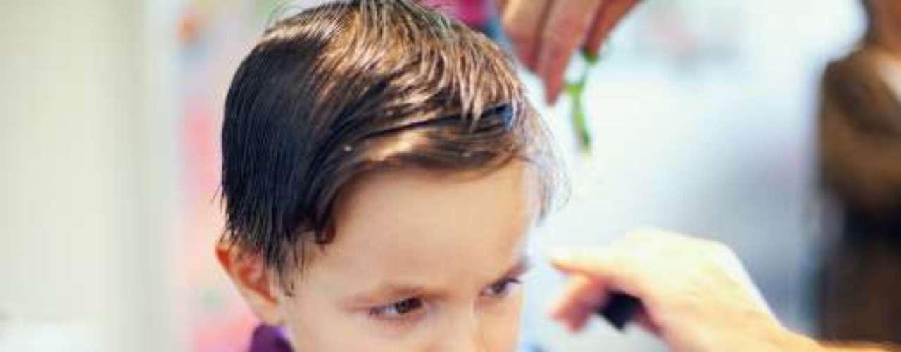Puedes optar por un corte de cabello tradicional y peinarlo del lado. O, si tu hijo es más arriesgado, pide que lo dejen cortito de los lados y un poco más largo de arriba, y peina las puntas con un poco de gel.
