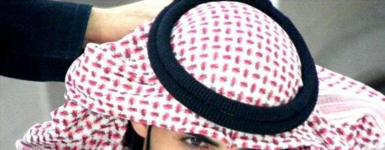 La Policía Religiosa de Arabia Saudí desalojó de su país a tres hombres demasiado 'apuestos', nadie sabía de quienes se trataban; sin embargo, hace poco salió a la luz el supuesto nombre de uno de ellos, se trata de Omar Borkan Al Gala. El gran atractivo físico del joven, quien es actor y fotógrafo, lo ha puesto en la mira de cientos de chicas quienes, por esta curiosa noticia, lo están haciendo famosos en las redes sociales.