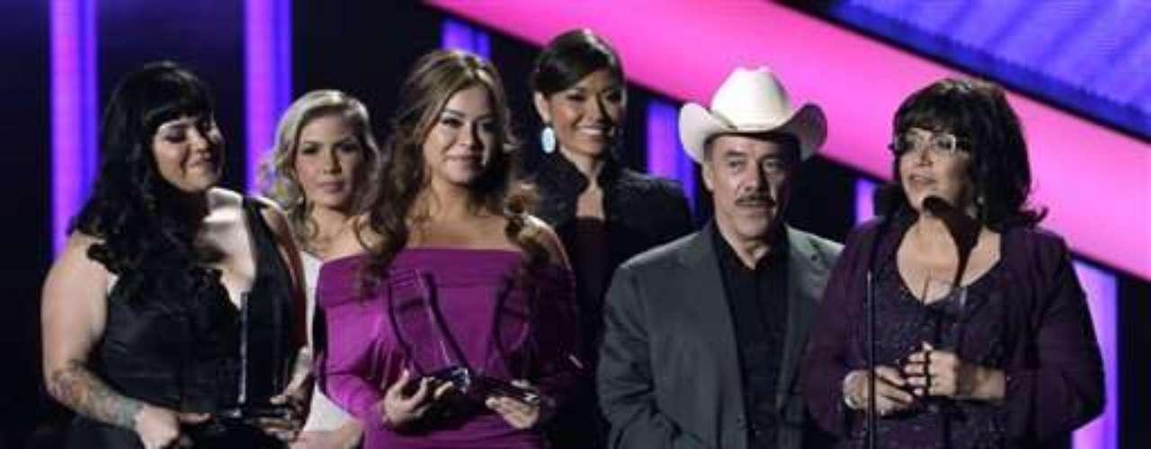 Su padre Pedro Rivera, su madre Rosa Saavedra y sus dos hijas subieron a recoger los premios y su hermano Juan Rivera interpretó un tema en su honor.