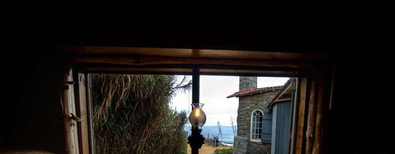 El mar le traía regalos con frecuencia, como esta puerta a la que reconoció inmediatamente como lo que era: un escritorio