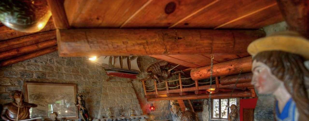 El living de esa construcción original está hoy lleno con su colección de mascarones de proa.