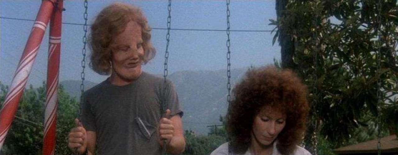 Peter Bogdanovich ('La última película') evitó caer en el sentimentalismo fácil en 'Máscara' (1985), drama sobre la relación entre una madre (Cher) y su hijo aquejado de aquejado de una extraña enfermedad que le ha desfigurado la cara. La actriz y cantante fue premiada en Cannes por un personaje que entra por méritos propios en la lista de madres más conmovedoras del cine.