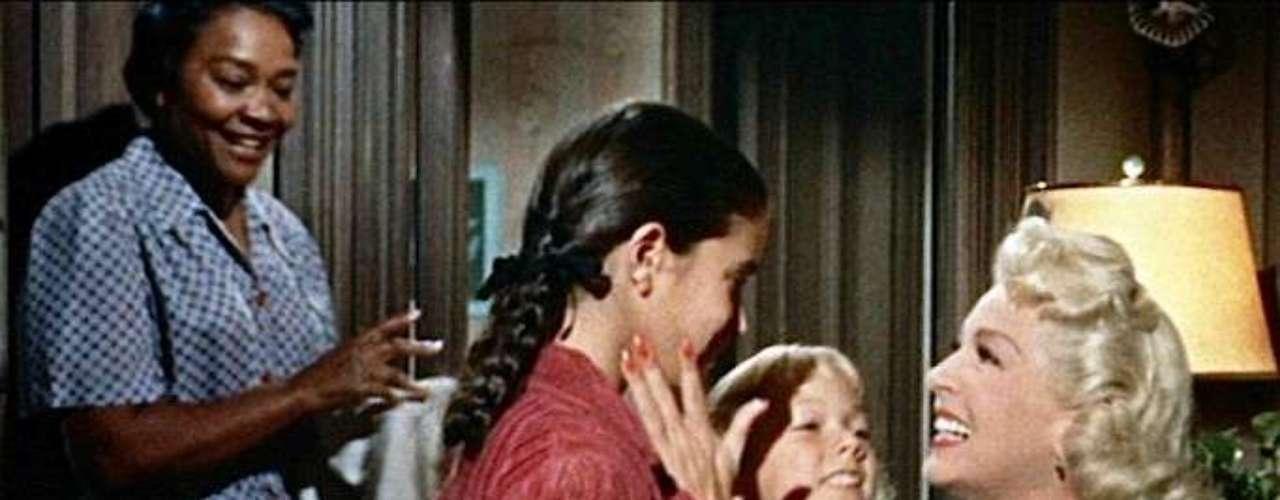 'Imitación a la vida' (1959), considerada como el melodrama hollywoodiense por antonomasia, ofrece para la posteridad dos relaciones materno-filiales: la de Lana Turner y Sandra Dee y la establecida por Juanita Moore y su hija mulata Sandra Kohner. La secuencia final se encuentra entre las más emocionantes de la historia del cine.