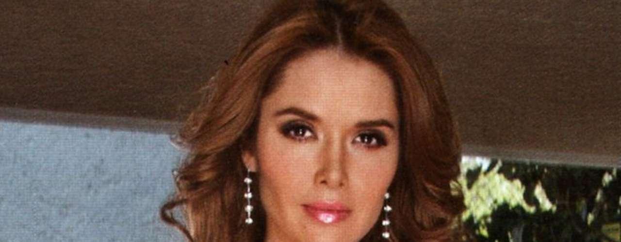 La actriz originaria de Durango presume su espectactular belleza en la portada y páginas centrales de la publicación.