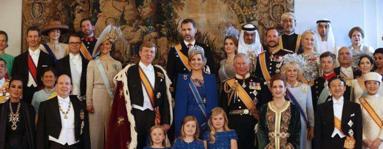 Los recién investidos Reyes de los Países Bajos han posado con los representantes de las casas reales que han acudido a Ámsterdam para vivir el relevo de Beatriz a su hijo, Guillermo de Holanda. Con 46 años, el soberano se convierte en el rey más joven de las realeza europea.