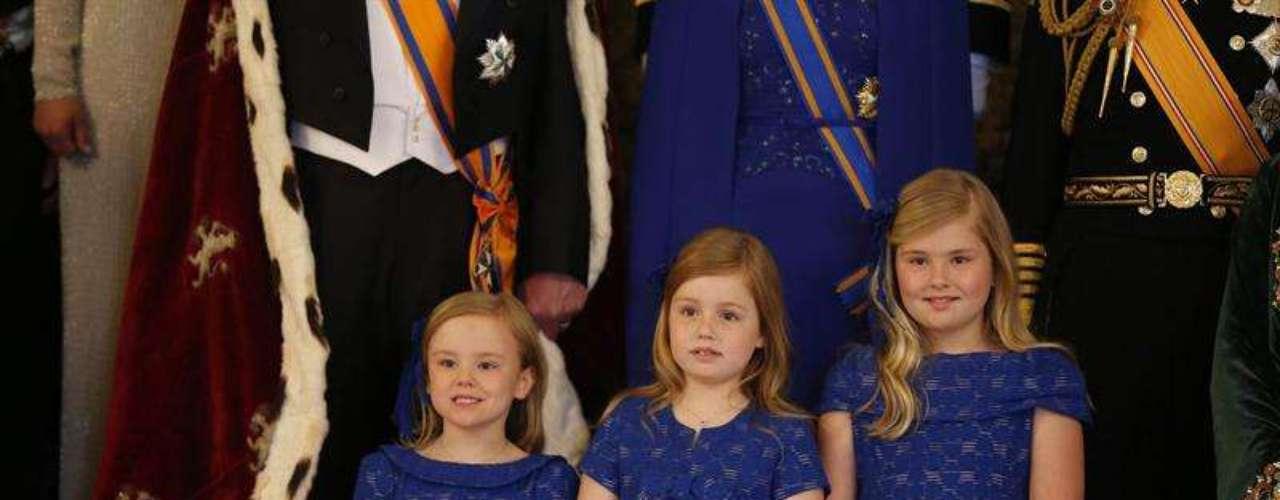 Las pequeñas princesas han lucido un diseño idéntico azul cobalto firmado por Natan, el diseñador del vestido que ha lucido su madre en el acto de abdicación.