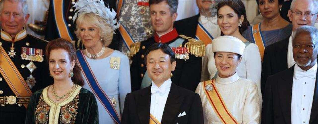 La princesa Lala Salma de Marruecos ha acudido sola y ha posado junto a los príncipes de Japón en la tradicional foto de familia.