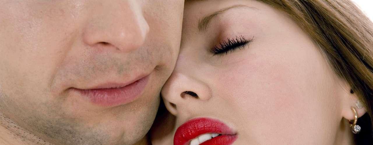 Dale tiempo a tu cuerpo para reaccionar ante los estímulos ya que tener un orgasmo doble es más lento, solo concéntrate en lo que estás sintiendo y déjate llevar por la pasión.